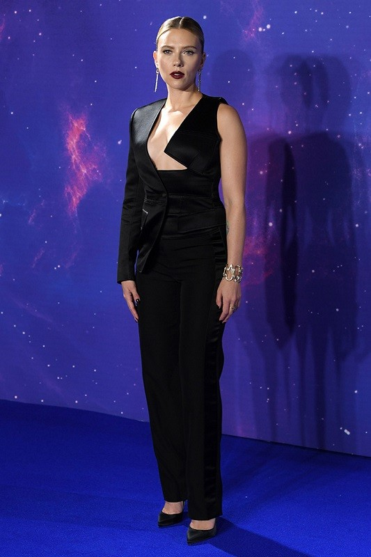Scarlett johansson wore a black tom ford silk satin asymmetrical cut out jacket with tuxedo trousers to the  avengers endgame  premiere in london