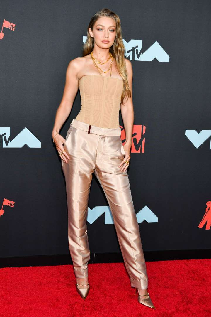 Gigi hadid in a nude tom ford viscose and wool blend trouser to the 2019 mtv video music awards in newa